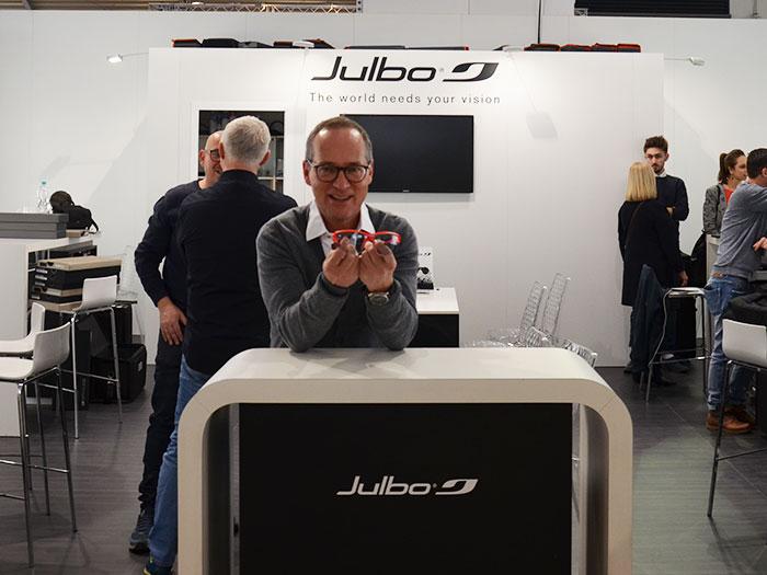 Marcus D. Mayr,Geschäftsführer von PR mayrnell zeigt die Vorteile der französischen Eyewear Produkte von JULBO