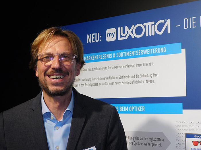 Christian Olbort, Vertriebsleiter Österreich, zeigt neue Tools zur Steigerung des Brillenumsatzes bei den Augenoptikern