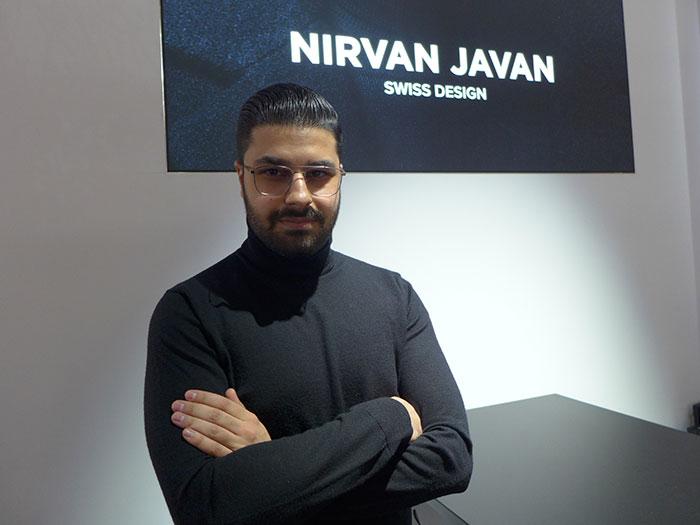 Nirvan Javan, Firmengründer und Chief Creative Officer zeigtpuristische Eyewear Design