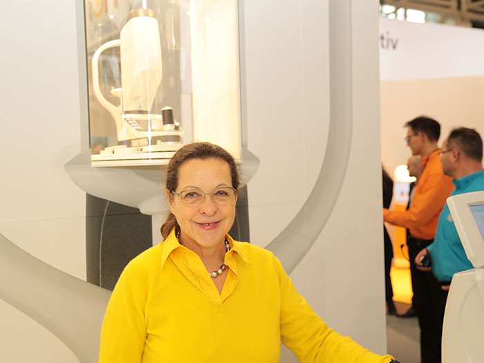 Marketingleiterin Rita Kirchhübel präsentiertmehrere OCULUS Neuheiten
