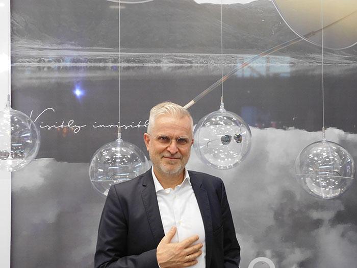 Ralf Kmoch (Geschäftsführer) präsentiert unter anderem das dieultraleichte Lithe – Titanium Eyewear an