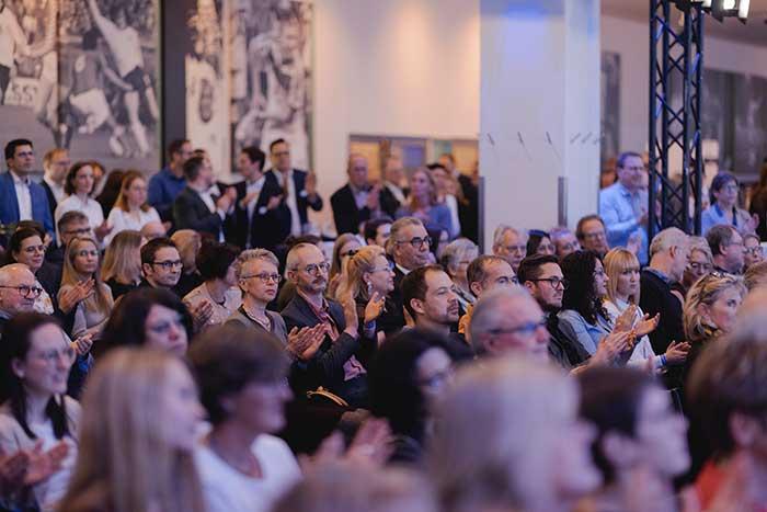 Über 300 Besucher nutzten die Gelegenheit, hinter die Kulissen der modernsten Hoya Produktion Europas zu schauen