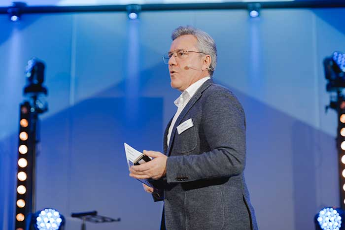 Hoya Geschäftsführung, vertreten durch die Geschäftsführerin Mirjam Rösch und den Vice President Commercial Western Europe Oliver Fischbach