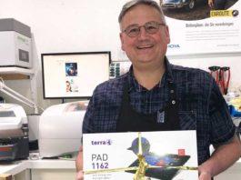 Roland Teufl aus Bischofshofen erhält Tablet von WÖHLK