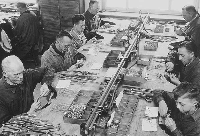 Ferdinand Menrad Junior übernimmt 1927 die Leitung der Firma, die zu diesem Zeitpunkt bereits 110 Mitarbeiter beschäftigt. Menrad bot damals schon eine reichhaltige Kollektion mit über 300 Fassungsmodellen an.